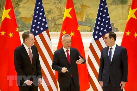 Đại diện Thương mại Mỹ Robert Lighthizer, Phó Thủ tướng Trung Quốc Lưu Hạc và Bộ trưởng Tài chính Mỹ Steven Mnuchin tại cuộc gặp ở Bắc Kinh ngày 14/2 vừa qua. (Ảnh: AFP/TTXVN)