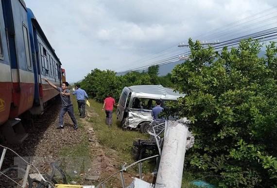 Hiện trường vụ tàu hỏa tông ôtô, 4 người thương vong tại Bình Thuận. (Ảnh: Nguyễn Thanh/TTXVN)