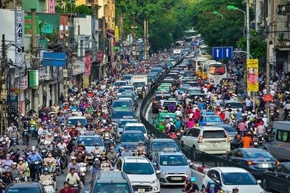 Giao thông của Hà Nội ở nhiều tuyến phố gần như bị tê liệt, nhất là vào giờ cao điểm. (Ảnh: PV/Vietnam+)