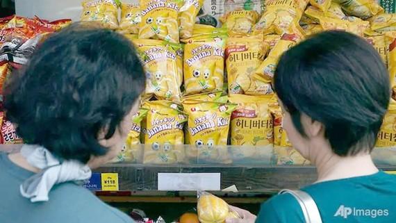 Sản phẩm Hàn Quốc được bày bán ở cửa hàng tại khu Shin Okubo, Tokyo ngày 2-8 (Hình ảnh: AP/Eugene Hoshiko)