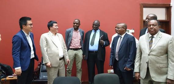 Đại diện lãnh đạo Chính phủ Tanzania và đại điện Tập đoàn T&T Group chia sẻ niềm vui sau khi hợp đồng được ký kết
