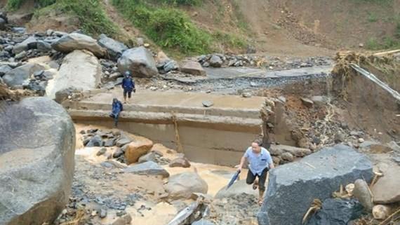 Quốc lộ 15C đoạn qua bản Pá Hộc, xã Nhi Sơn đi lên trung tâm huyện Mường Lát bị đứt gãy làm đôi khiến giao thông bị chia cắt hoàn toàn. Ảnh: TTXVN