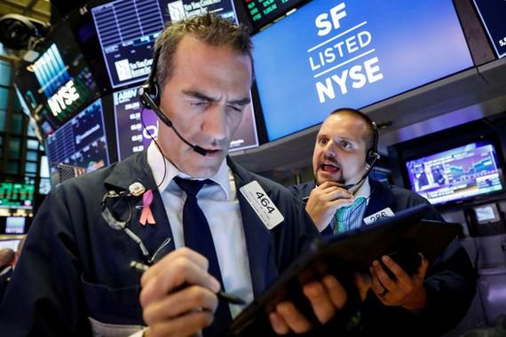 Các nhân viên giao dịch tại Sở Giao dịch chứng khoán New York ngày 6-8 - Ảnh: REUTERS