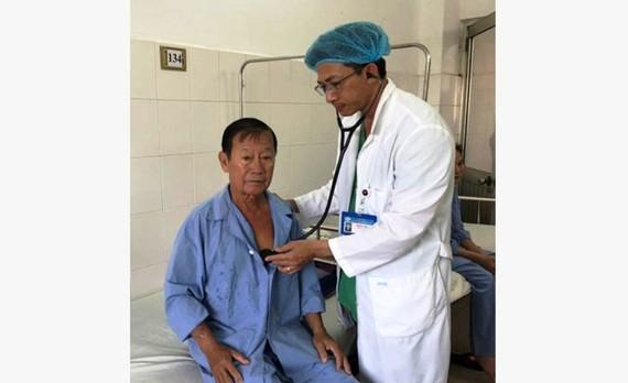 Bác sĩ chăm sóc cho bệnh nhân Đảm, sức khỏe đã ổn định.