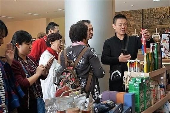 Khách du lịch Trung Quốc mua hàng tại Bảo tàng Đà Nẵng. (Nguồn: baoquangninh.com.vn)