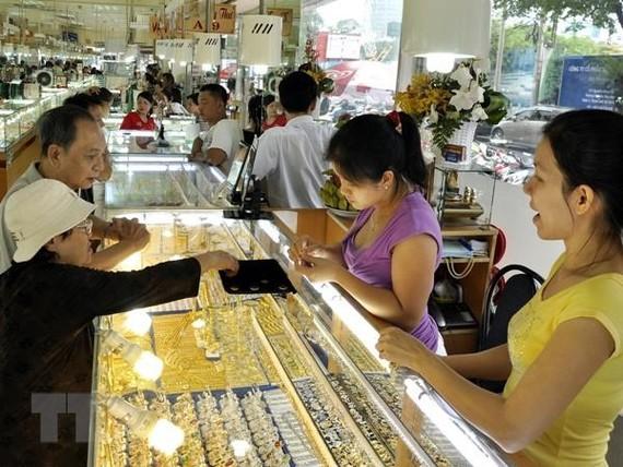 Giao dịch vàng tại doanh nghiệp. (Nguồn: TTXVN)