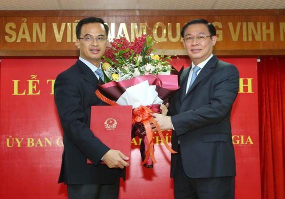Phó Thủ tướng Vương Đình Huệ trao Quyết định cho ông Vũ Nhữ Thăng - Ảnh VGP/Thành Chung