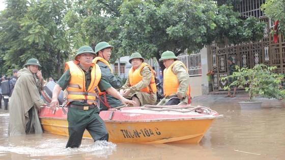 Lực lượng chức năng dùng ca nô chuyên dụng để tiếp cận hộ dân bị cô lập