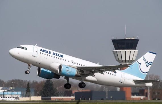 Máy bay của Hãng hàng không lớn thứ hai Pháp Aigle Azur cất cánh tại sân bay Lille ở Lesquin, miền Bắc Pháp. (Ảnh: AFP/TTXVN)