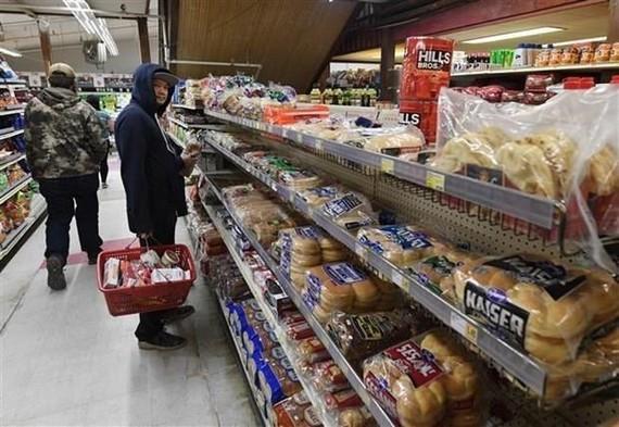 Người dân lựa chọn hàng tại một siêu thị ở Yukon Delta, Alaska (Mỹ). (Ảnh: AFP/TTXVN)
