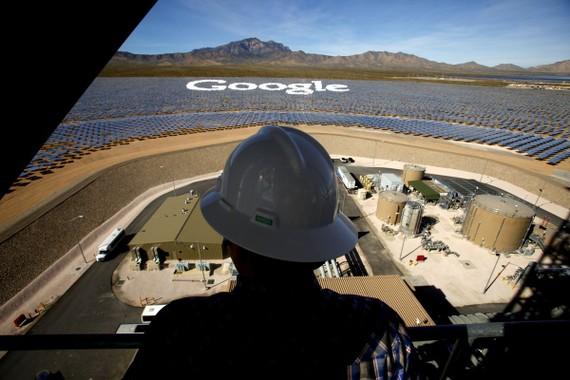 Một công nhân đứng trên một tháp tại Hệ thống phát điện mặt trời Ivanpah nhìn qua một số gương nghiêng để tạo thành logo Google. Nguồn: Mark Boster/Los Angeles Times, Getty Images