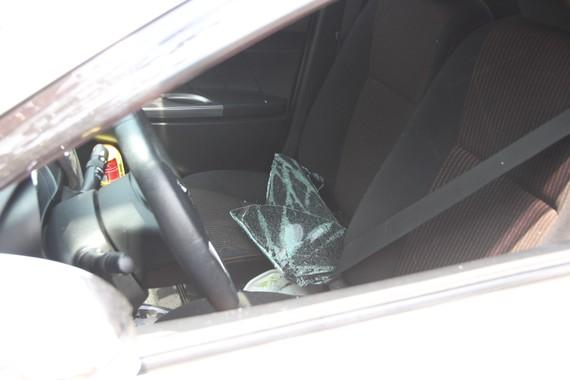 Kẻ gian đập vỡ kính xe trộm tài sản