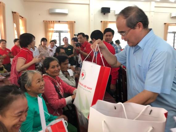 Bí thư Thành ủy TPHCM trao quà cho gia đình khó khăn huyện Bến Cầu, tỉnh Tây Ninh