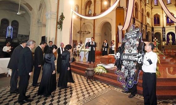 Đoàn Ban Dân vận Trung ương do đồng chí Trương Thị Mai làm trưởng đoàn kính viếng Đức Tổng Giám mục Phaolô Bùi Văn Đọc. Ảnh: DŨNG PHƯƠNG