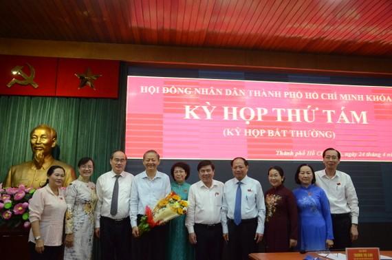 Lãnh đạo TPHCM chụp ảnh lưu niệm với đồng chí Lê Văn Khoa. Ảnh: KIỀU PHONG