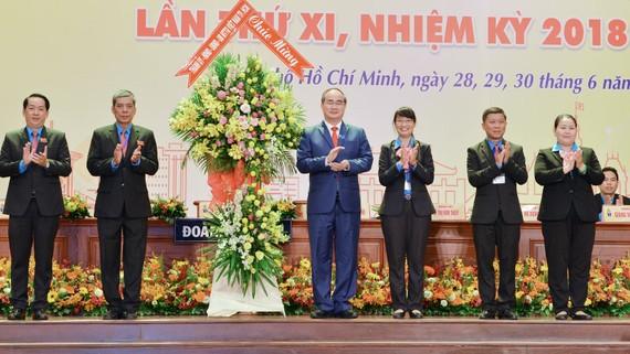 Bí thư Thành uỷ TPHCM Nguyễn Thiện Nhân tặng hoa chúc mừng Đại hội Công đoàn TPHCM. Ảnh: VIỆT DŨNG