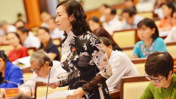 Giám đốc Sở Tài chính Phan Thị Thắng nêu ý kiến tại Hội trường. Ảnh: VIỆT DŨNG