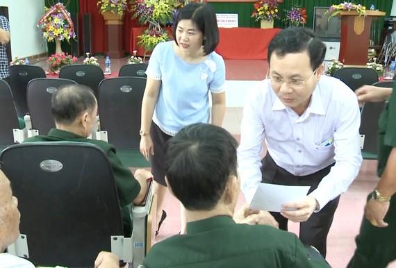 Chủ nhiệm Ủy ban Kiểm tra Thành ủy TPHCM thăm, tặng quà các thương binh đang điều trị tai Trung tâm Điều dưỡng thương binh Lạng Giang (tỉnh Bắc Giang). Ảnh: CTV