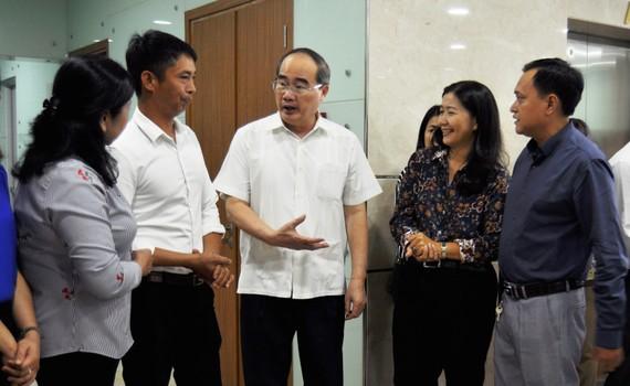 Đồng chí Nguyễn Thiện Nhân yêu cầu đảm bảo cho người nông dân có thu nhập cao, trong điều kiện sản xuất nông nghiệp gắn với phát triển đô thị ở TPHCM. Ảnh: KIỀU PHONG