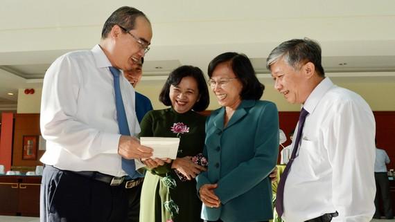 Bí thư Thành ủy TPHCM Nguyễn Thiện Nhân xem triển lãm sách tại hội nghị