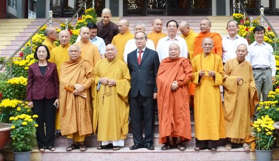 Bí thư Thành ủy TPHCM Nguyễn Thiện Nhân cùng đoàn lãnh đao TPHCM thăm Văn phòng 2 Trung ương Giáo hội Phật giáo Việt Nam. Ảnh: KIỀU PHONG