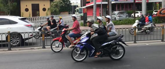 """Một """"quái xế"""" đang rạp người vít ga chạy với tốc độ cao ở làn đường ô tô đường Kinh Dương Vương. Ảnh: KIỀU PHONG"""