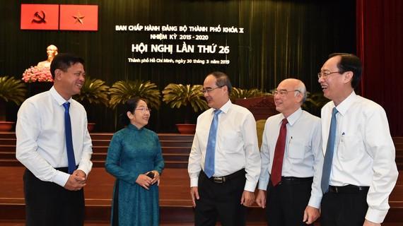 Đồng chí Nguyễn Thiện Nhân, Bí thư Thành ủy TPHCM trao đổi cùng các đại biểu tại hội nghị. Ảnh: VIỆT DŨNG