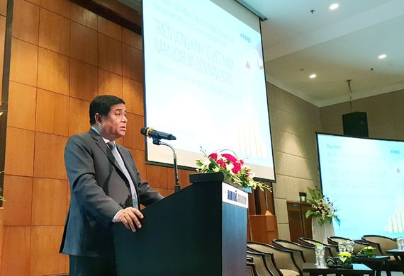 Bộ trưởng Bộ Kế hoạch và Đầu tư Nguyễn Chí Dũng phát biểu tại hội thảo sáng 15-5