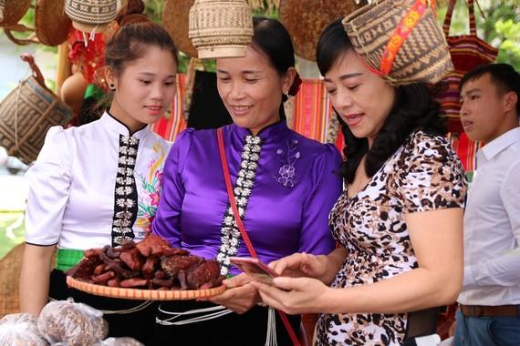 Các nữ doanh nhân Sơn La giới thiệu sản phẩm địa phương với quan khách tại lễ khởi động Dự án