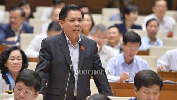 Bộ trưởng Bộ Giao thông Vận tải Nguyễn Văn thể giải trình các chất vấn của đại biểu sáng 1-11. ẢNh: Quochoi.vn