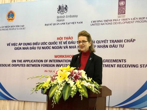 Bà Caitlin Weisen, Quyền Đại diện thường trú của UNDP tại Việt Nam phát biểu tại hội thảo