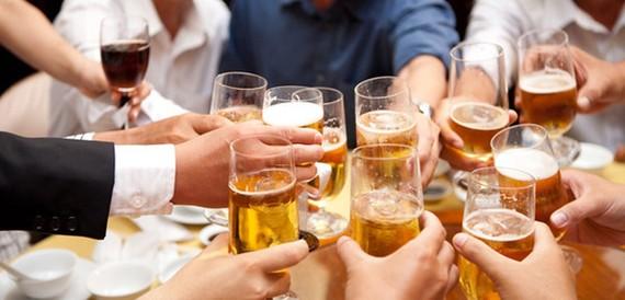 """Trong khi cấm dùng rượu, bia dưới 15 độ cồn làm giải thưởng; khuyến mại rượu, bia dưới 15 độ cồn trực tiếp đến người tiêu dùng, thì dự thảo Luật lại cho phép khuyến mại rượu bia đối với cả người dưới 18 tuổi trong """"các lễ hội ẩm thực"""""""