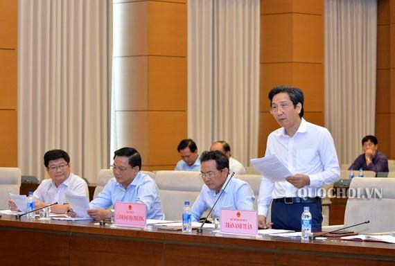 Thứ trưởng Bộ Nội vụ Trần Anh Tuấn trình bày tờ trình của Chính phủ tại phiên họp