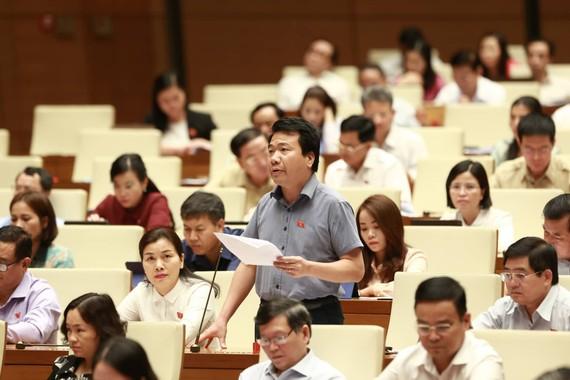 ĐB Ngô Trung Thành (Đắk Lắk) phát biểu tại phiên họp. Ảnh: VIẾT CHUNG