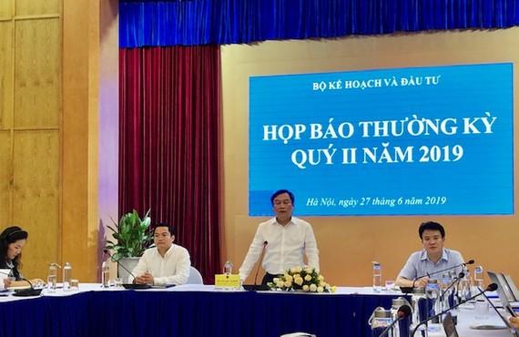 Thứ trưởng Bộ Kế hoạch và Đầu tư Vũ Đại Thắng chủ trì cuộc họp báo sáng 27-6