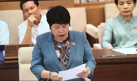 Chủ nhiệm Ủy ban Về các vấn đề xã hội Nguyễn Thúy Anh trình bày Báo cáo thẩm tra