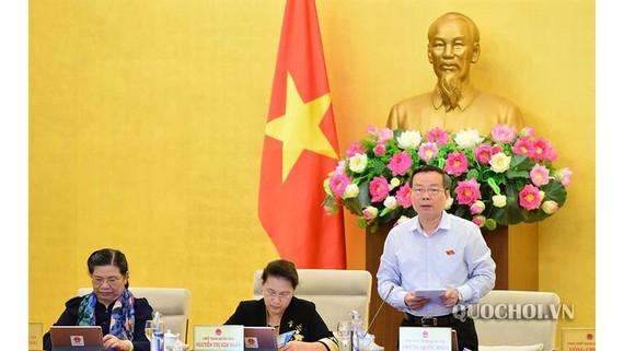 Phó Chủ tịch Quốc hội Phùng Quốc Hiển điều hành phiên họp chiều 9-9 của UBTVQH