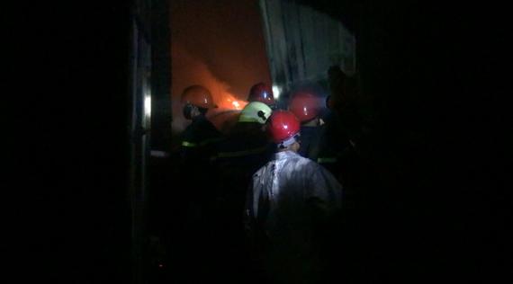Lực lượng chữa cháy ở hiện trường. Ảnh: CHÍ THẠCH