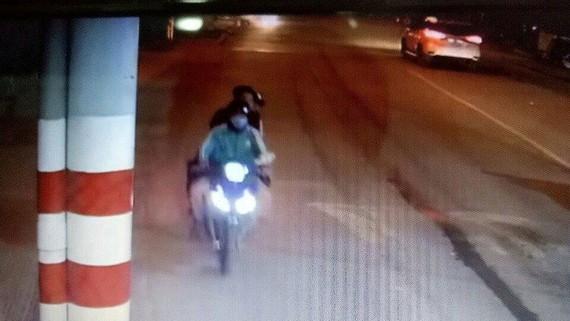 Hình camera an ninh ghi nhận tại thời điểm anh Sơn chở 2 nam thanh niên qua trạm thu phí. Ảnh: C.T.V.
