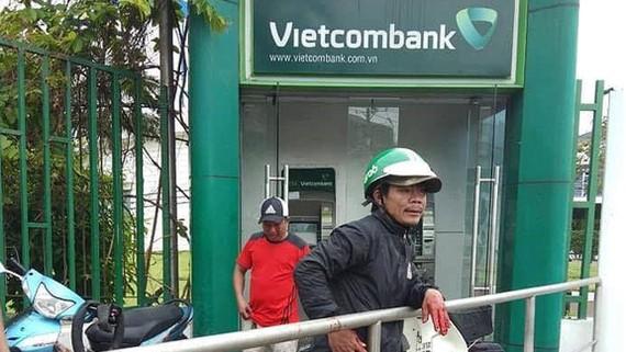 Hiện trường vụ cuớp tại trụ ATM Vietcombank. Ảnh: ĐAN NGUYÊN