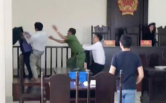 Hình ảnh ông Hiền lao vào tấn công kiểm sát viên khi HĐXX vừa tuyên án