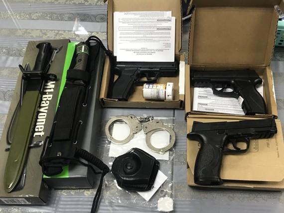 Lô hàng vũ khí trong hành lý của nam hành khách. Ảnh: ĐAN NGUYÊN