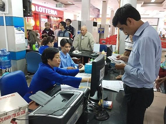 Người dân mua vé tại ga Sài Gòn. Ảnh: THANH HẢI