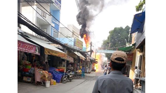 Ngọn lửa bốc cháy dữ dội. Ảnh: ĐAN NGUYÊN