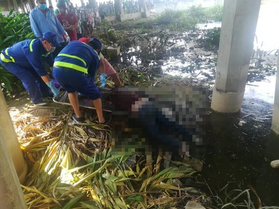 Công an đưa thi thể người phụ nữ lên bờ để khám nghiệm