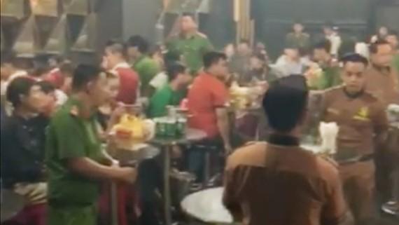 Nhiều dân chơi gồm cả nam và nữ nghi phê ma tuý tại vũ trường Đông Kinh
