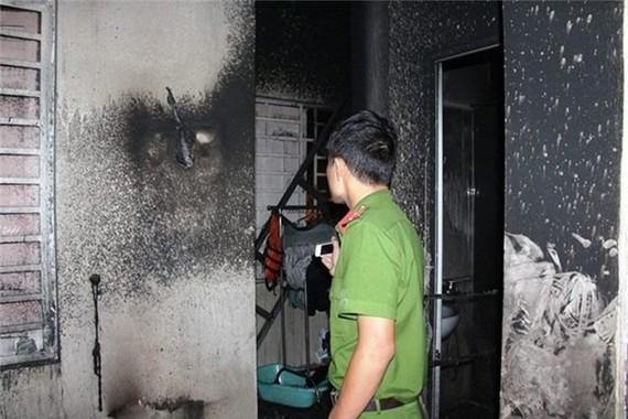 Công an khám nghiệm 1 vụ cháy trước đó. Ảnh: C.T