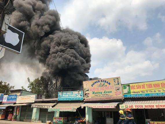 Khói lửa bốc cao hàng trăm mét kèm theo tiếng nổ lớn. Ảnh: Đ.N.
