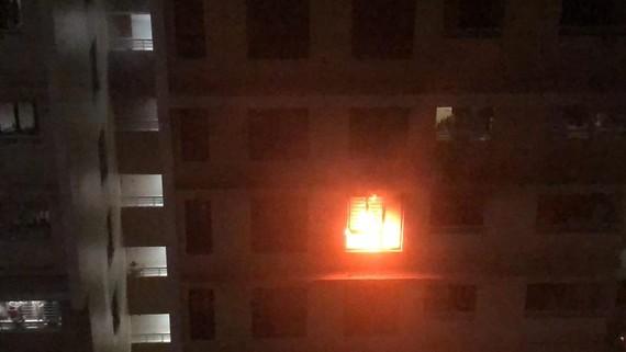 Ngọn lửa bốc cháy dữ dội ở căn hộ chung cư The Eratown. Ảnh: CDCC