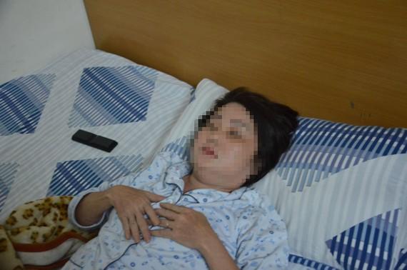 Một trong 2 nạn nhân bị hành hung nhập viện. Ảnh: C.T